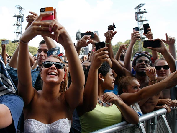 Fans react as Kendrick Lamar performs during the Budweiser Made in America festival in Philadelphia on September 1, 2013. (David Maialetti / Staff Photographer)