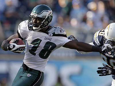 Eagles´ Jeremy Maclin gets tied up with San Diego Chargers´ Steve Gregory in the second quarter.  ( Yong Kim / Staff Photographer )