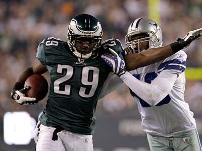 LeSean McCoy runs past Dallas Cowboys´ Gerald Sensabaugh during the second quarter. (David Maialetti / Staff Photographer)