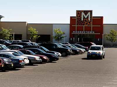 Moorestown Mall´s owners hope that last week´s approval of alcohol sales there will boost business by luring big restaurants with pockets deep enough to pay healthy rents. (Laurence Kesterson / Staff Photographer)