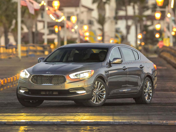 The 2014 Kia K900, which aims to compete with the big names in the luxury segment, shares a platform and powertrain with Hyundai´s Genesis and Equus sedans. (Kia/MCT)