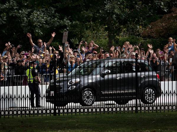 Pope Francis arrives at St. Charles Borromeo Seminary as spectators cheer Saturday, Sept. 26, 2015. (ALEJANDRO A. ALVAREZ/Staff Photographer)