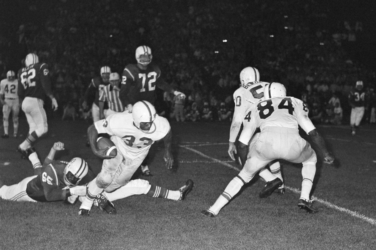 Fullback Art Baker (33) of the Buffalo Bills, drafted by the Eagles in December 1960, gains yardage against the Boston Patriots on Sept. 1, 1962. Bill Chaplis / AP