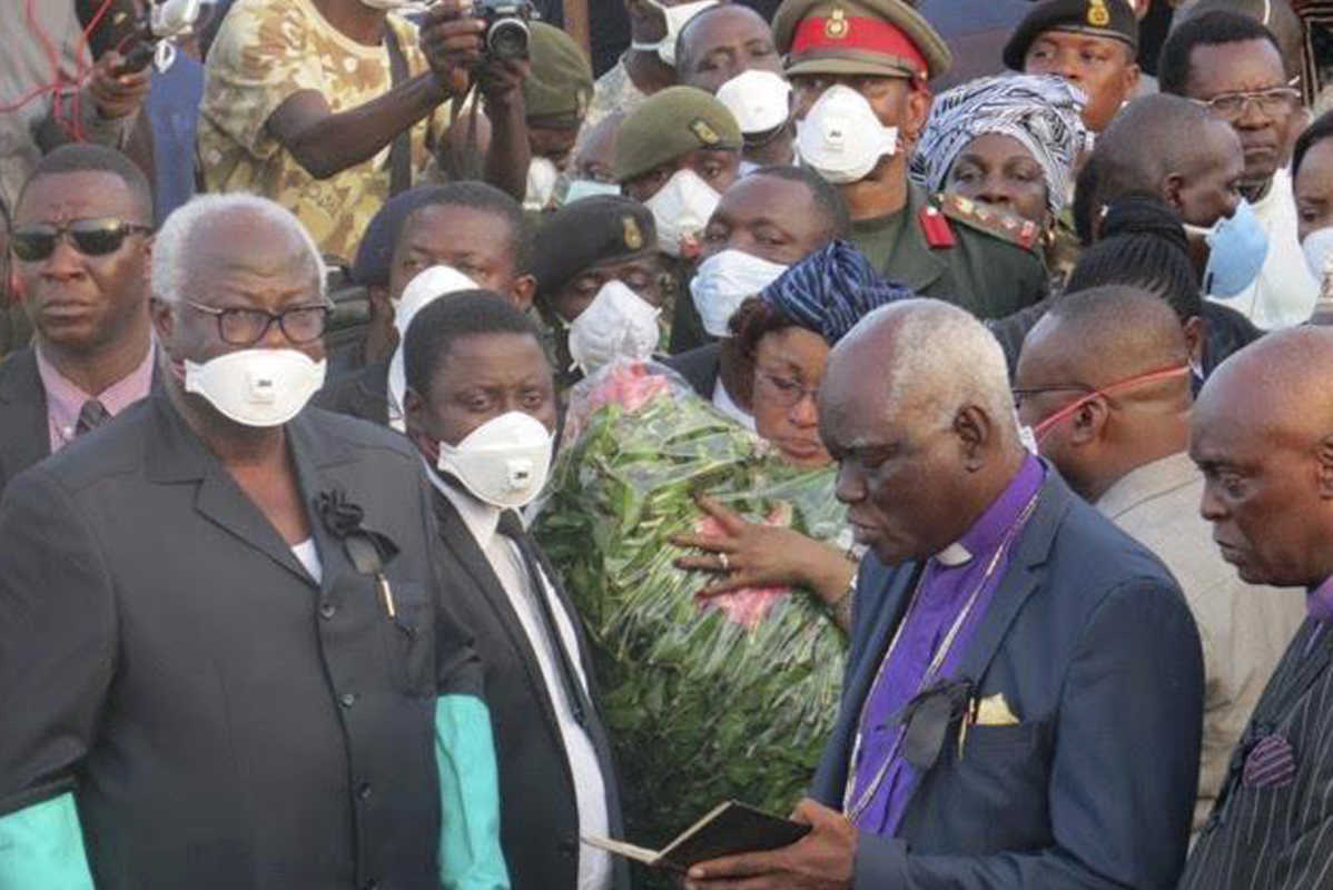 Sierra Leone President, Ernest Bai Koroma (left) during a mass funeral for victims of heavy flooding and mudslides in Regent at a cemetery in Freetown, Sierra Leone, on Thursday.<br />
