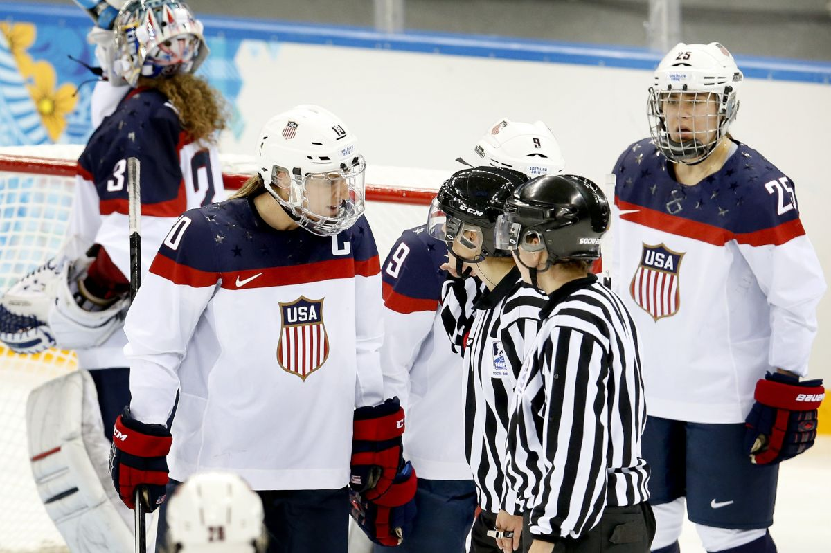 Members of the United States women´s national hockey team are threatening not to play in this year´s world championships due to a contract dispute with USA Hockey.