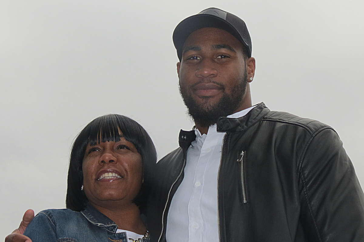 Temple´s Haason Reddick and his mother, RaeLakia.