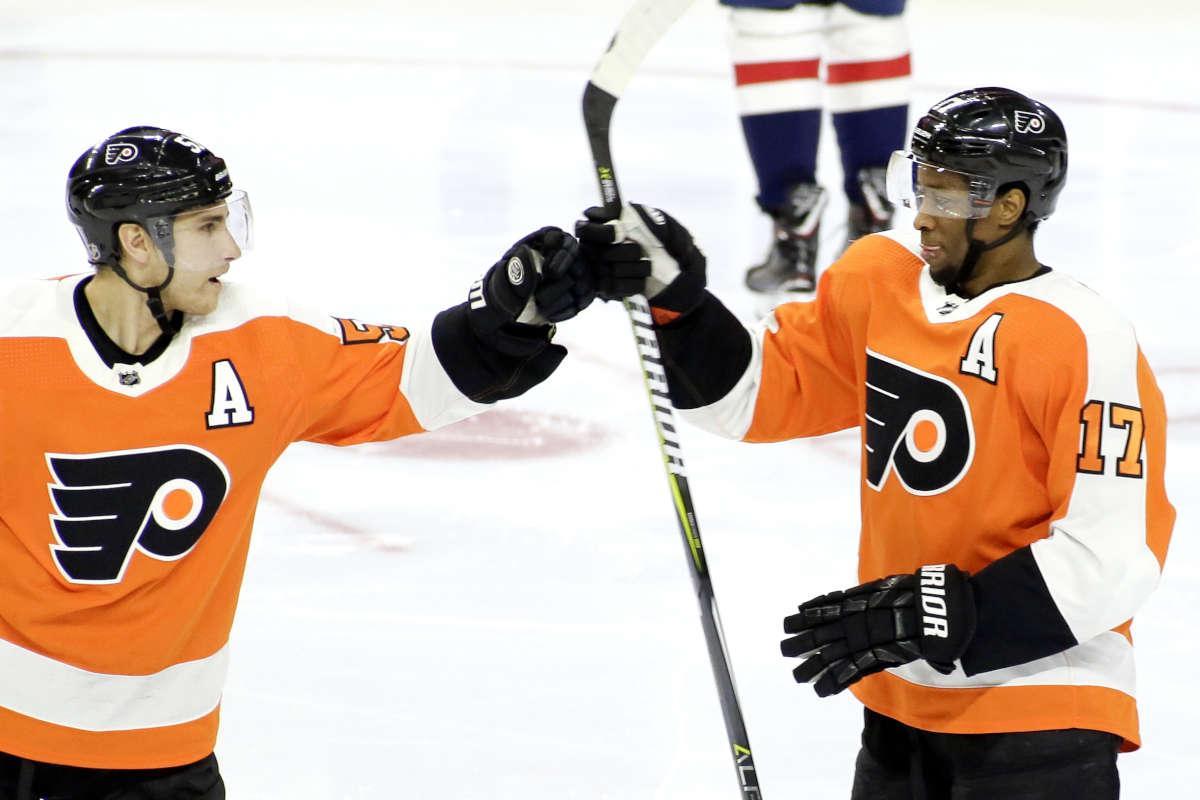 Valtteri Filppula (left) congratulates Wayne Simmonds after Simmonds scored the Flyers' fourth goal vs. the Capitals on Sunday.