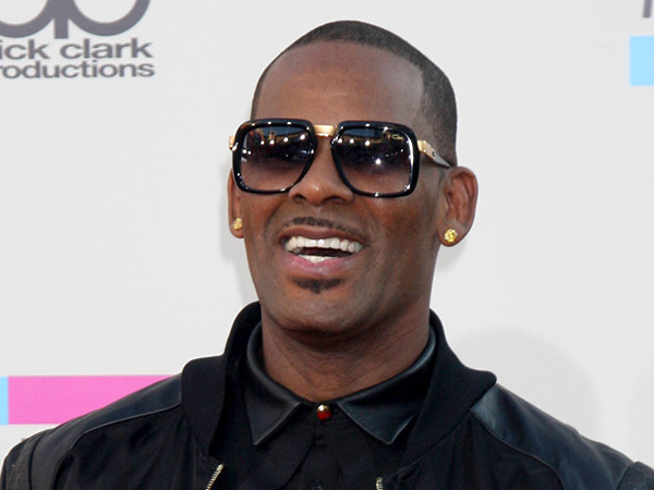R. Kelly arrives at American Music Awards 2013 at the Nokia Theater in Los Angeles.