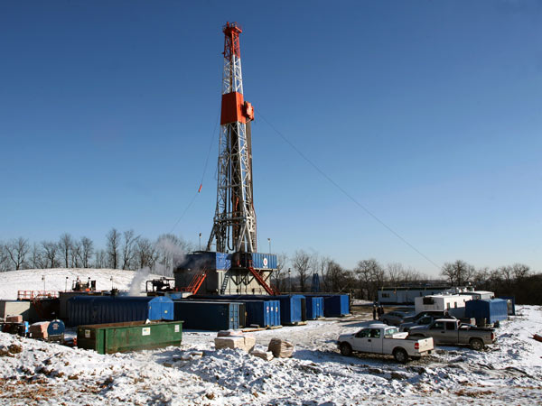 Shown is a Range Resources drilling rig in Canonsburg, Pa., on<br />Wednesday, Jan. 24, 2008. (AP Photo/Andrew Rush)
