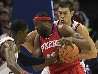 Oklahoma City Thunder forward Jeff Green, left, knocks the ball away from Philadelphia 76ers forward Elton Brand. (AP Photo/Sue Ogrocki)