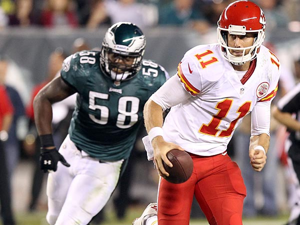 Kansas City Chiefs´ Alex Smith runs past Eagles´ Trent Cole. (Yong Kim/Staff Photographer)