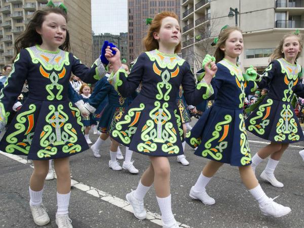 Members of the Cara School of Irish Dance in Drexel Hill dance along the Benjamin Franklin Parkway on Sunday.