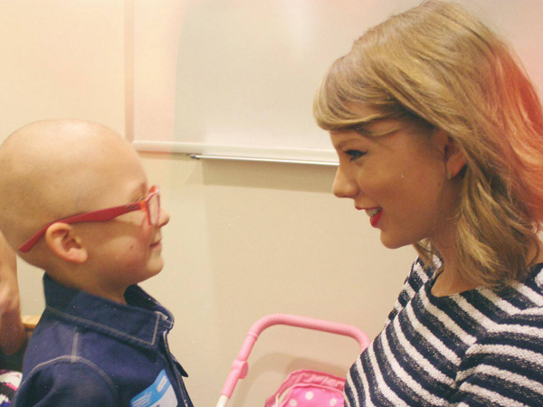 Taylor Swift visits five-year-old Khloe.