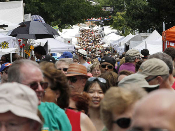 A crowd walks Main Street between artist´s booths during the Manayunk Arts Festival on Saturday, June 21, 2013. MICHAEL S. WIRTZ / Staff Photographer.