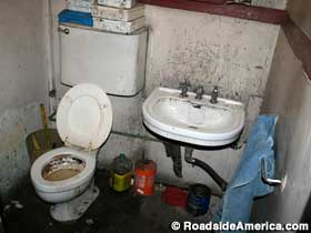 The toilet from Hitler´s Aviso Grille is in a South Jersey auto body shop. (www.roadsideamerica.com)