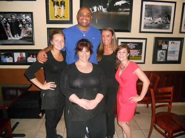 Charles Barkley poses with Anthony&acute;s servers Alyssa Brindisi (left), Arlyn Wolters (front), Kim Hillen (right) and assistant manager Victoria Scala<br />