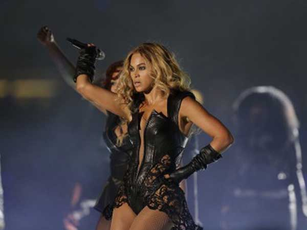 A man is complaining about the ruling on a prop bet he made about Beyoncé´s cleavage. Image via Mark Humphrey/AP.
