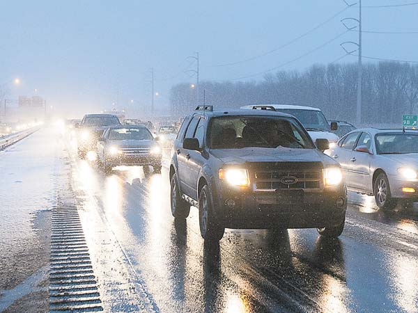 Rush hour traffic on I95 southbound near rt 420 as this afternoon´s snow grinds the commute to a halt. ( ED HILLE  / Staff Photographer )