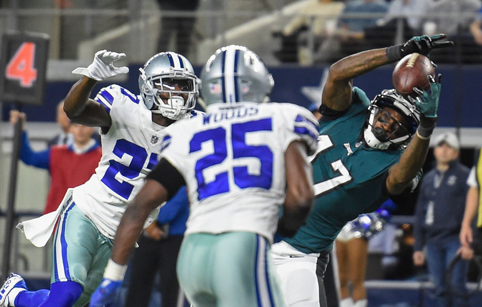 Eagles wide receiver Alshon Jeffery catches a touchdown pass in the 4th quarter of the game in Dallas November 19, 2017.  CLEM MURRAY / Staff Photographer