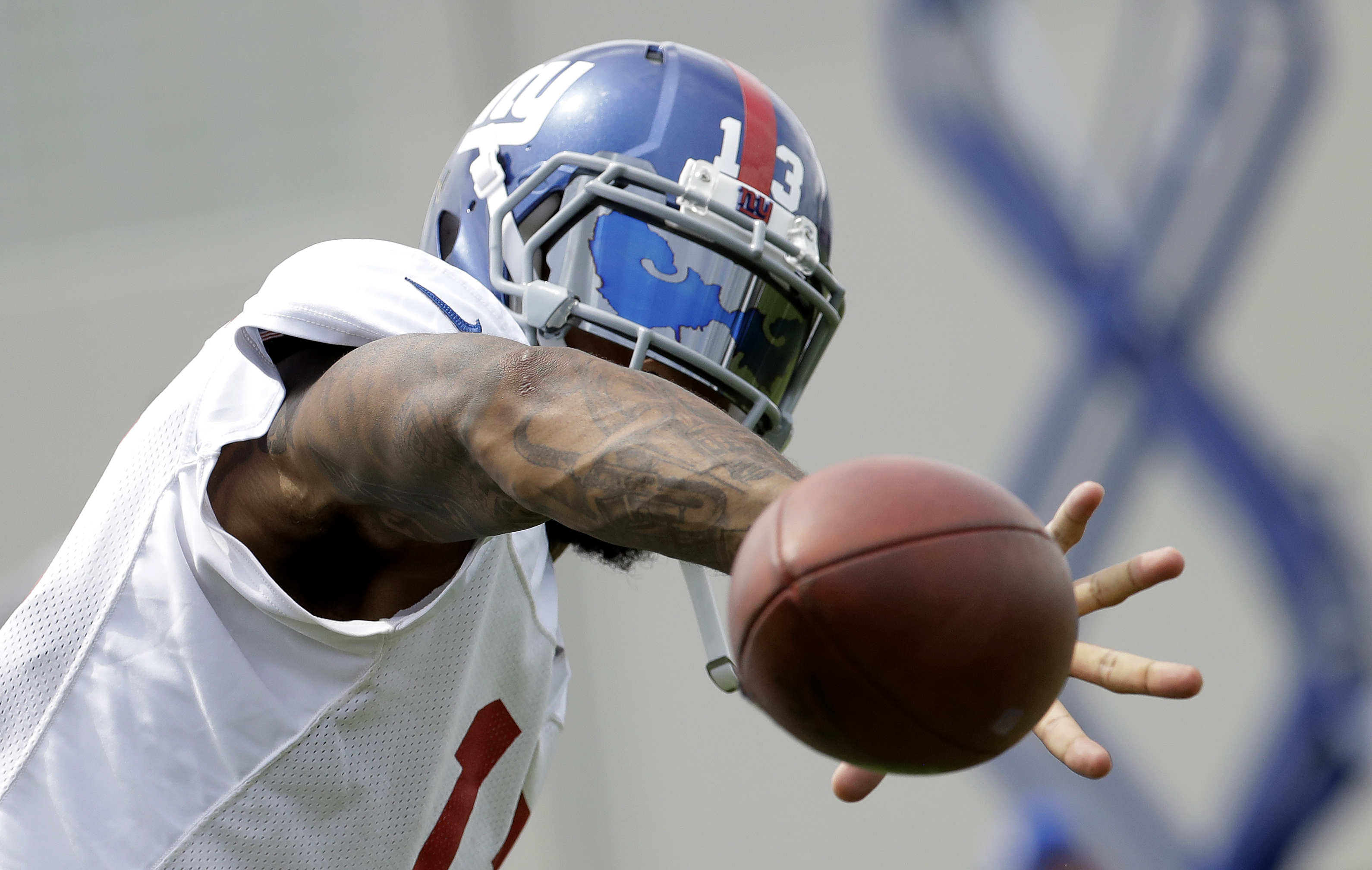 New York Giants wide receiver Odell Beckham makes a one-handed catch during NFL football training camp, Tuesday, Aug. 8, 2017, in East Rutherford, N.J. (AP Photo/Julio Cortez)