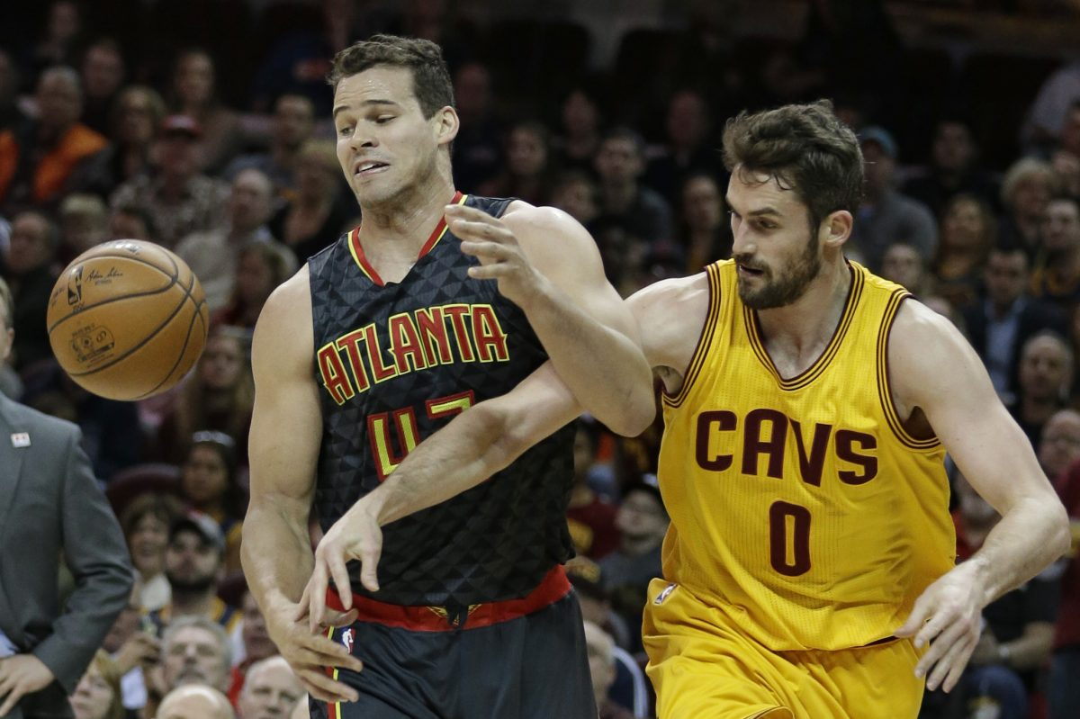 The Atlanta Hawks´ Kris Humphries (43) and Cleveland Cavaliers´ Kevin Love battle for the ball in April.