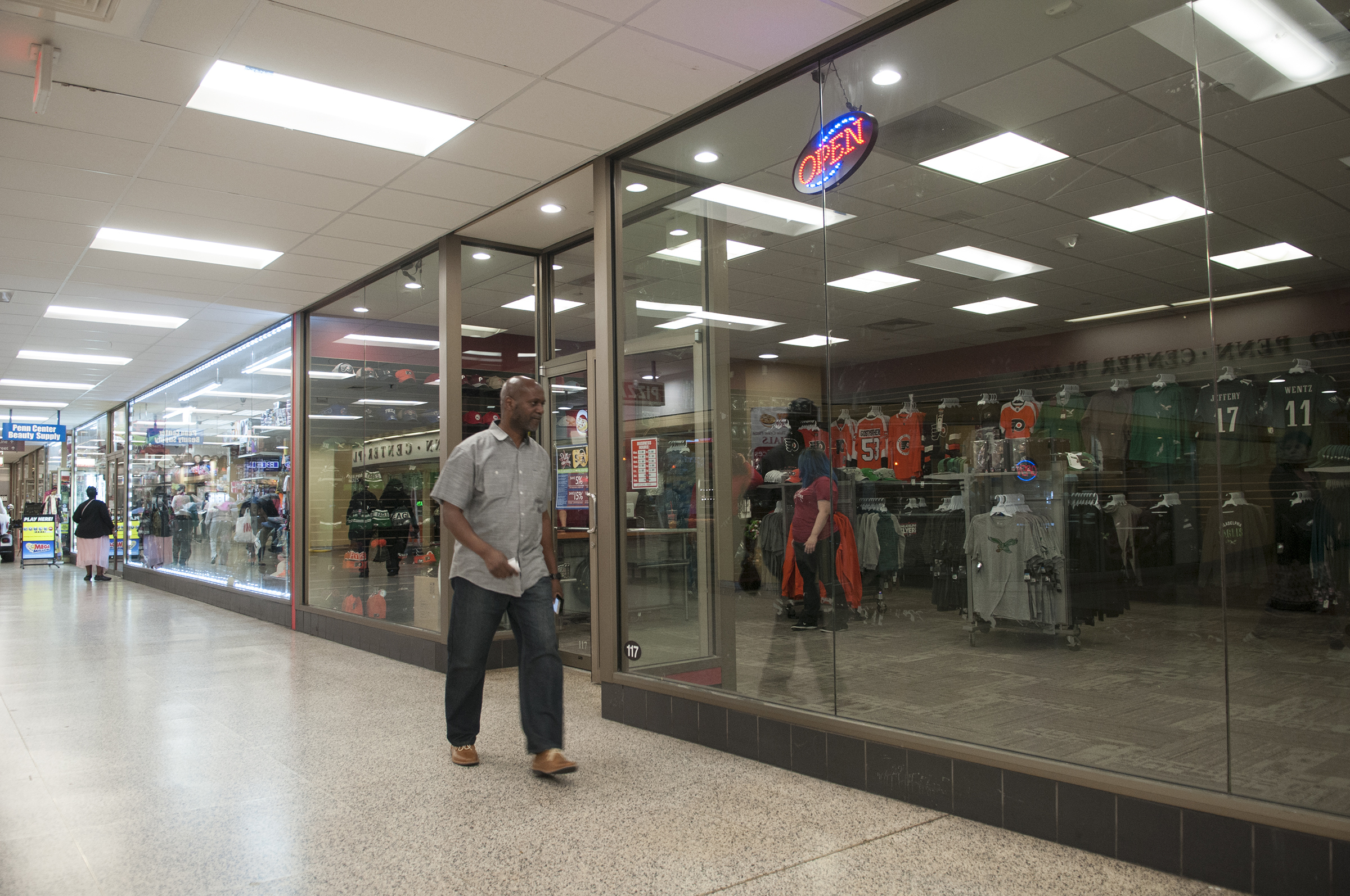 Philly Team Store is a new pop up sports store in Suburban Station at 16th and JFK Boulevard. The transit hub is undergoing a major retail upgrade with new food, apparel and service shops.