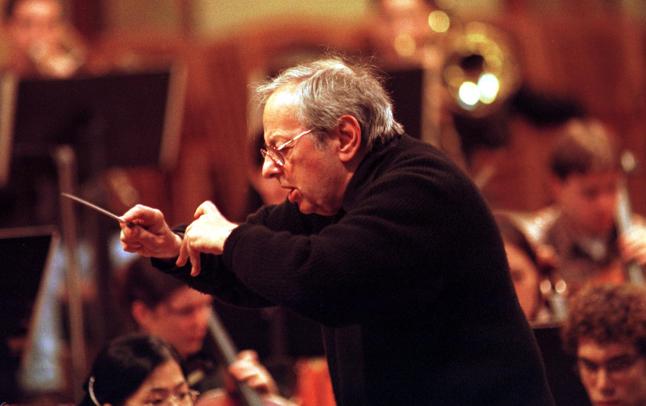 Andre Previn conducts a rehearsal of the Philadelphia-based Curtis Orchestra during the ensemble´s 1999 European tour. (Photo/Julie Denesha)