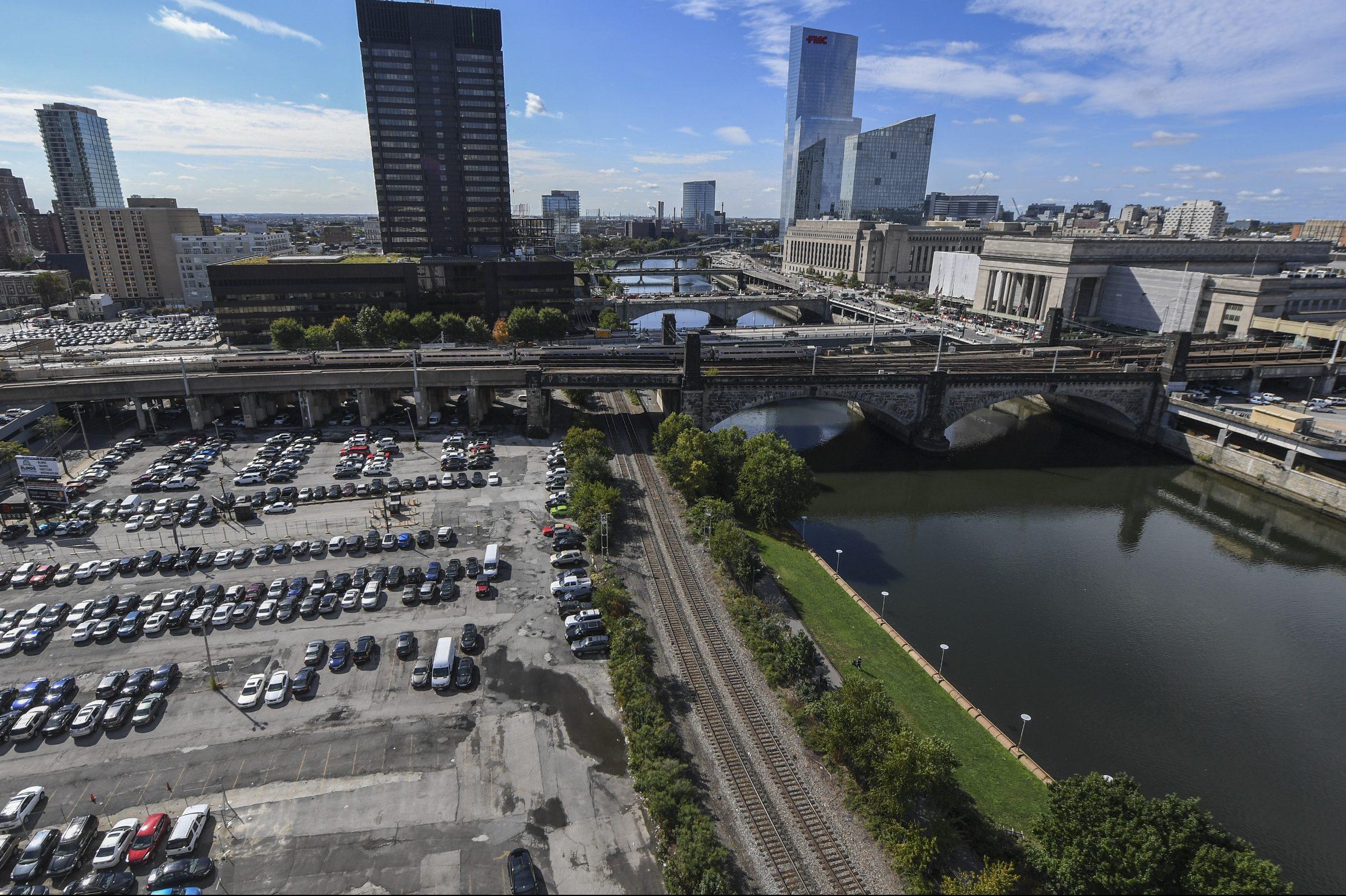 The huge Schuylkill River site being developed as high-rise apartments by PMC would be surrounded by a five-story parking garage. This image was taken from Rivers Edge, looking south to JFK Boulevard.