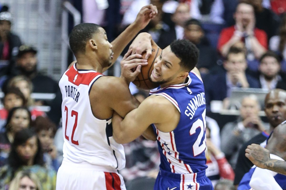 Ben Simmons, right, and the Wizards´ Otto Porter Jr. wrestle for the ball during the third quarter Wednesday night.