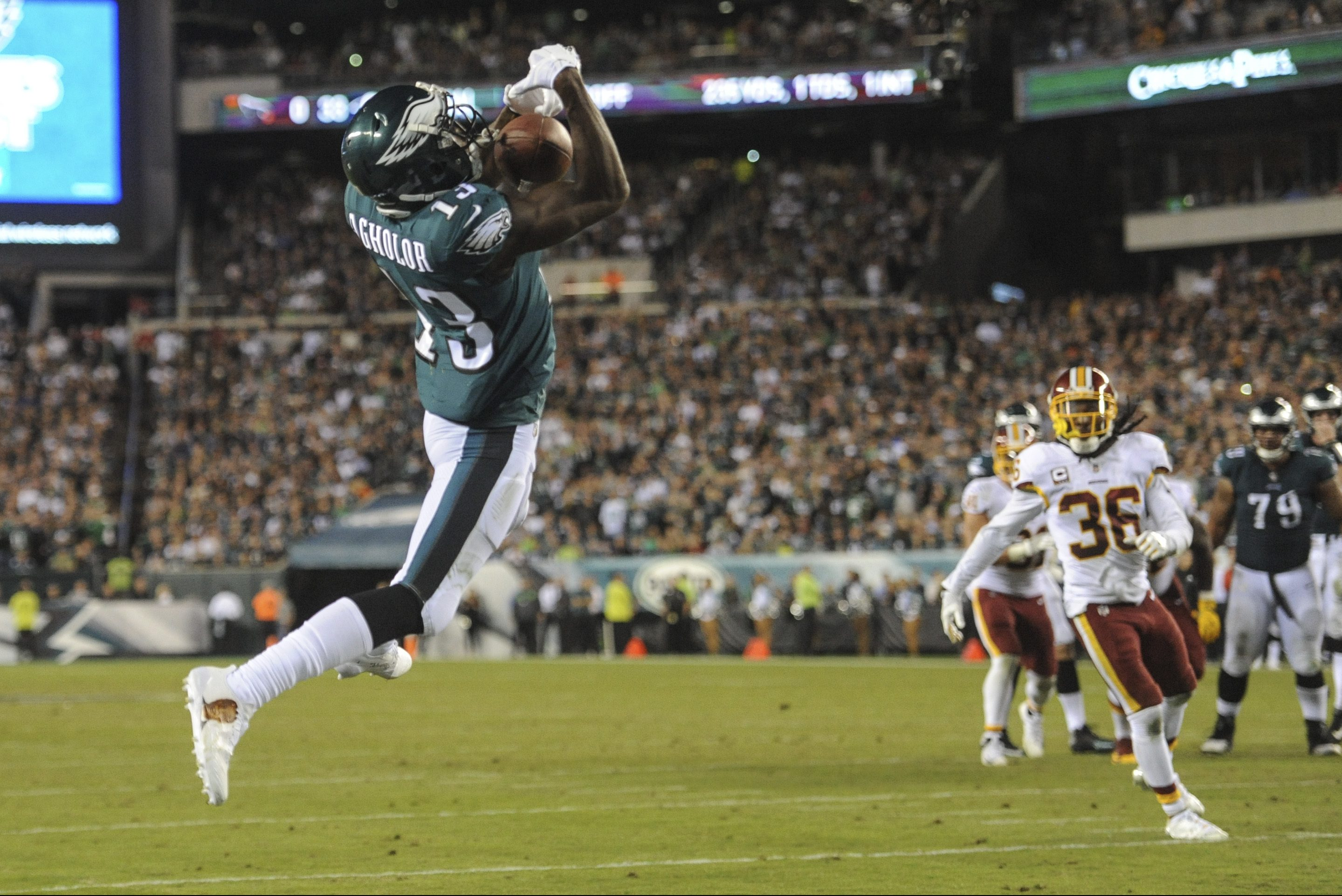 Eagles wide receiver Nelson Agholor makes a leaping catch for a 10-yard touchdown in the 4th quarter of the game against the Washington Redskins at Lincoln Financial Field on Monday.