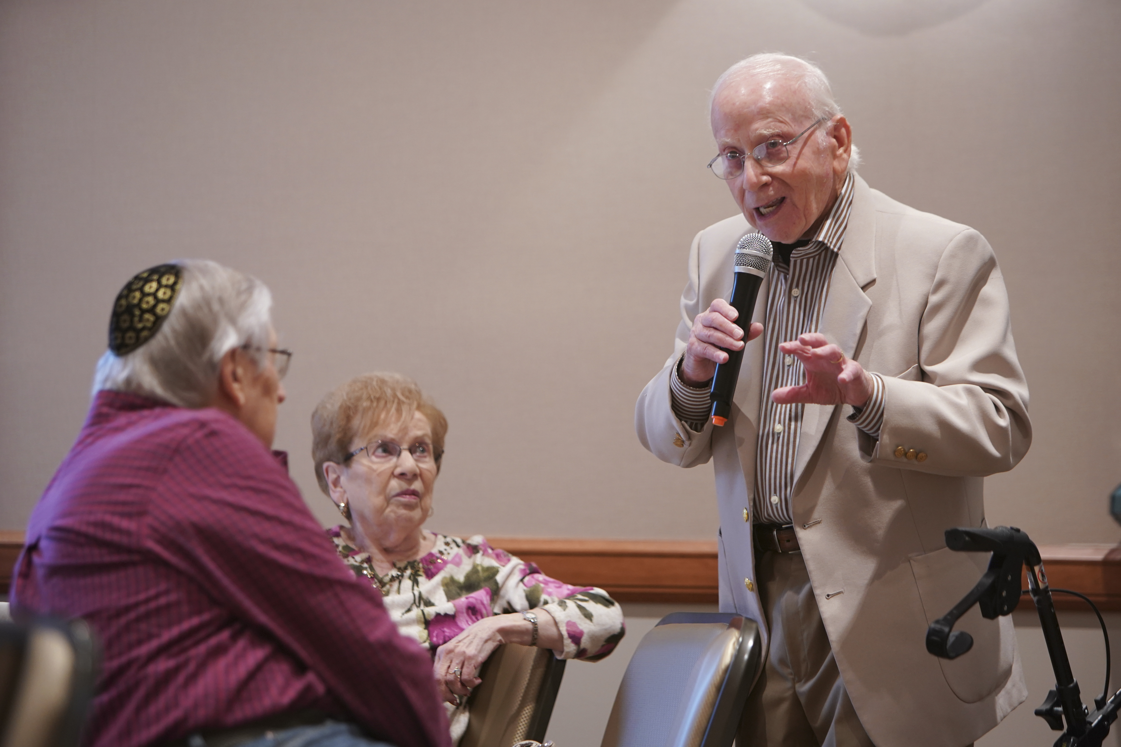 Octogenerian and former journalist Ed Eisen talks about his career, Sunday Oct. 29, 2017, to an audience at Congregation Beth El in Yardley Pa. (For the Inquirer/ Joseph Kaczmarek)