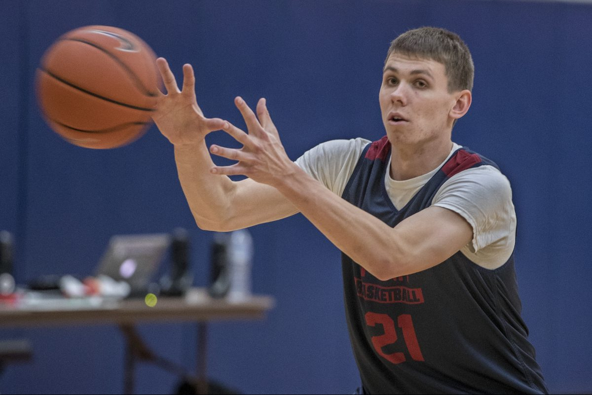 Penn´s Ryan Betley, accepts a pass during an offensive drill at a Quakers' practice. MICHAEL BRYANT / Staff Photographer