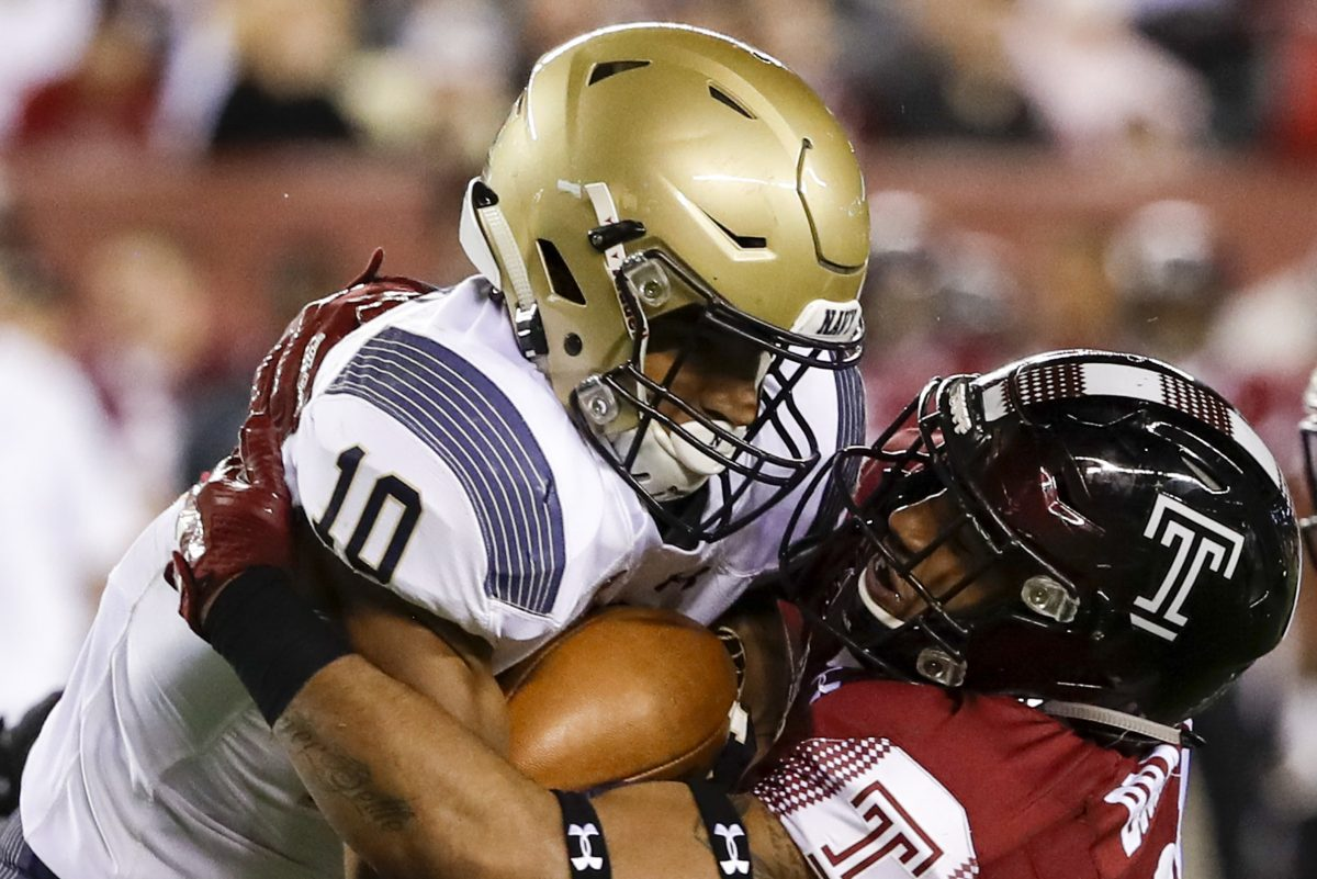 Temple linebacker Shaun Bradley (right) stops Navy running back Malcolm Perry on Nov. 2.