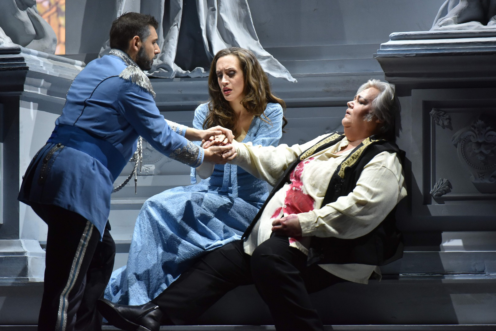 "From Opera Philadelphia´s ""Tancredi,"" Argirio (Michele Angelini) grants Tancredi's (Stephanie Blythe) dying wish and blesses his union with Amenaide (Brenda Rae) (Kelly & Massa Photography)"