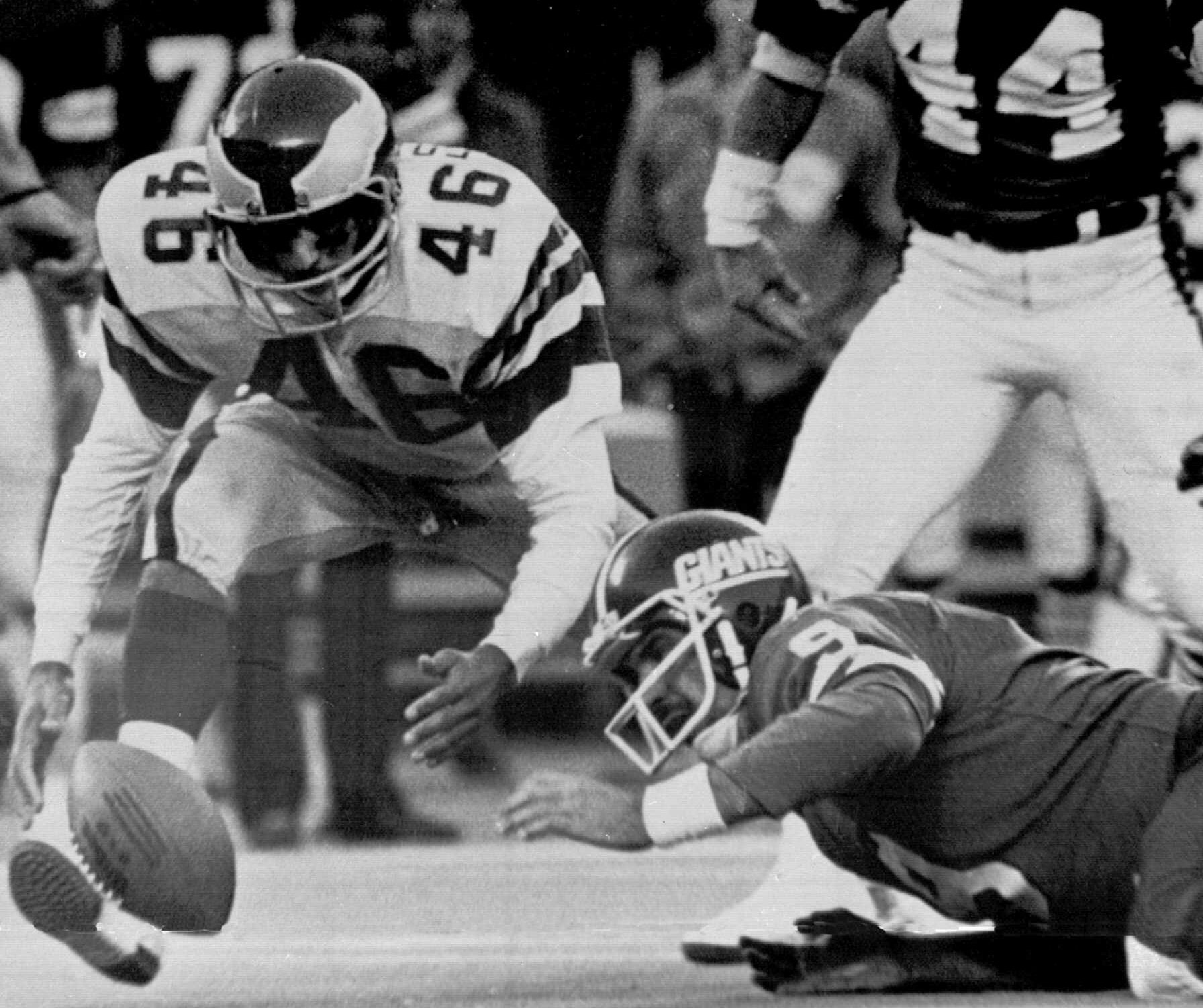 Herman Edwards (46) pounces on a fumble by Giants quarterback Joe Pisarcik (9) for the first Miracle in the Meadowlands.