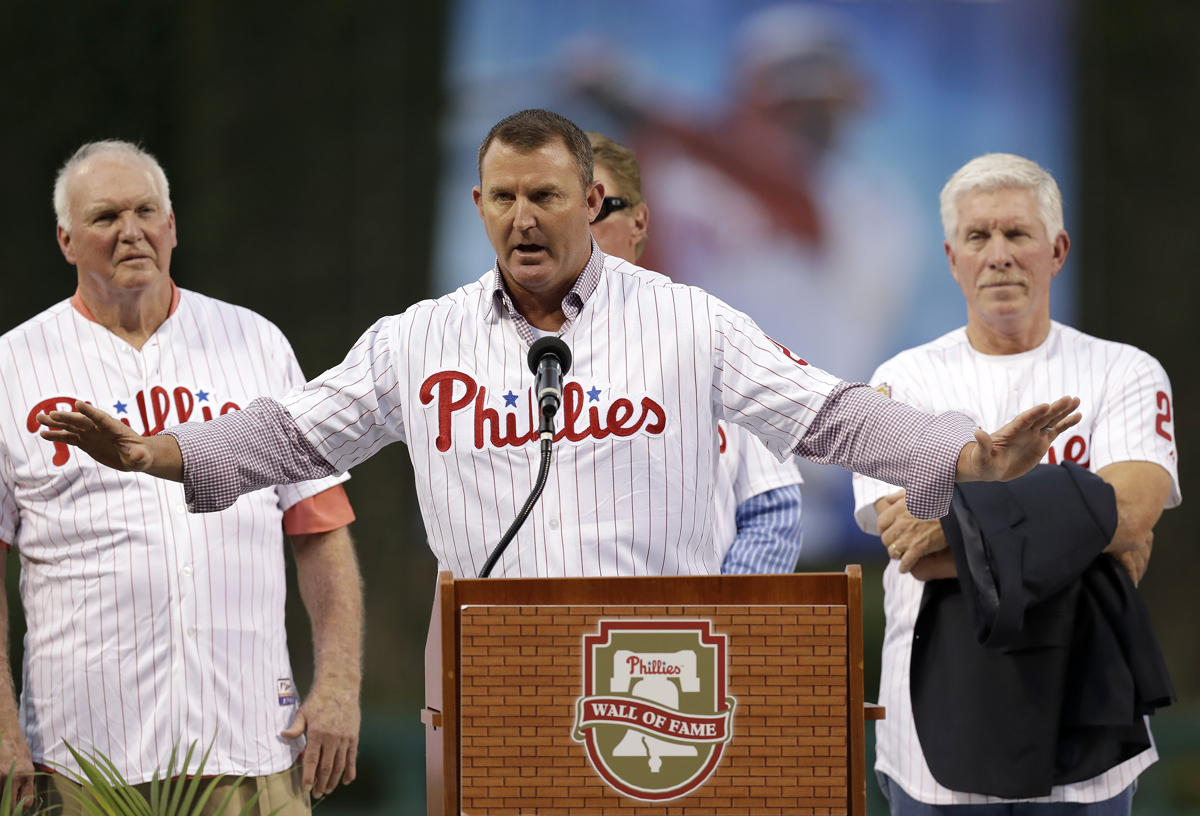 Jim Thome´s free-agent addition to the Phillies 15 years ago created a lot more excitement than Carlos Santana´s signing. YONG KIM / Staff Photographer
