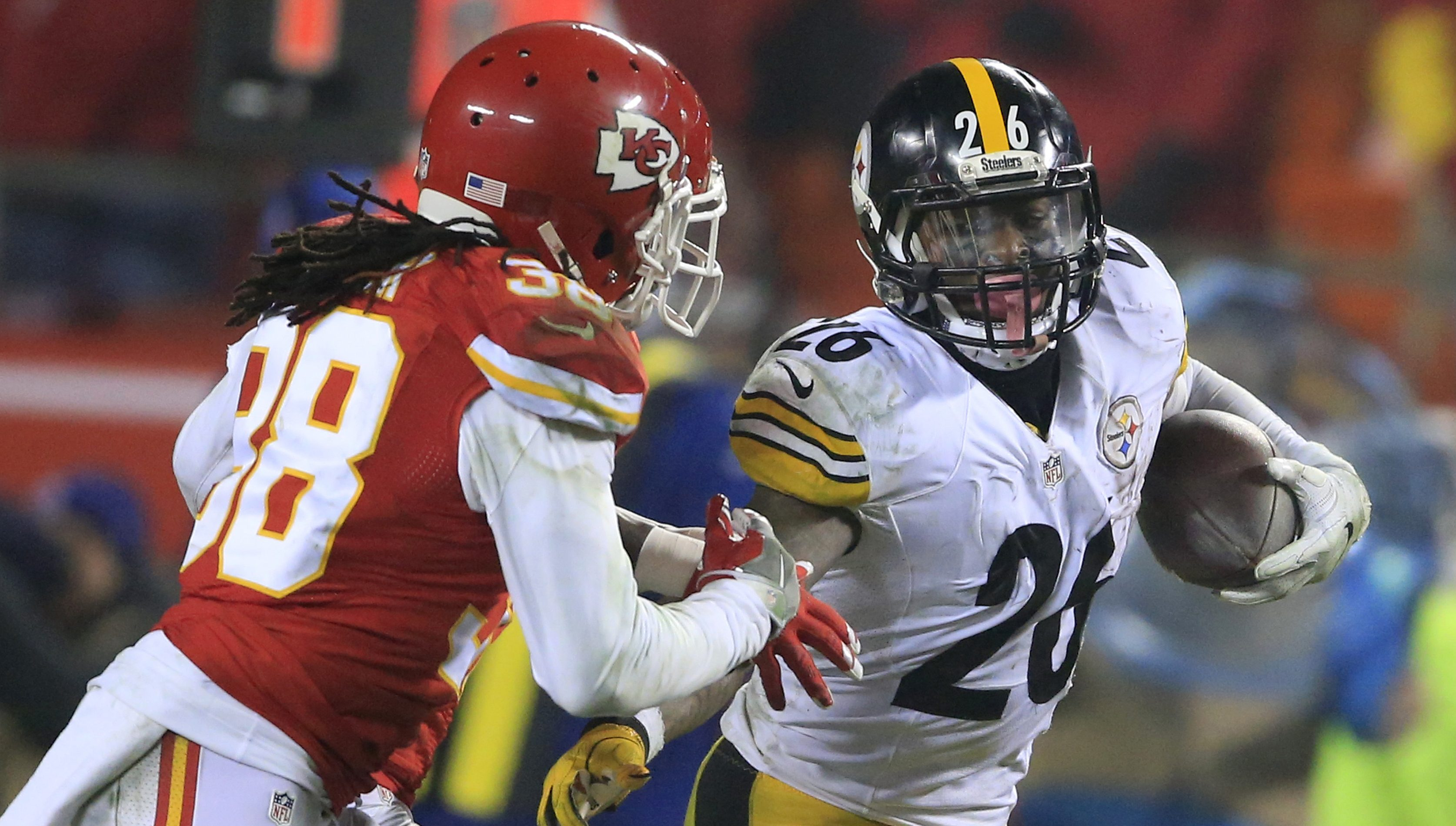 Le´Veon Bell running from Chiefs free safety Ron Parker (38) during the second half Jan. 15, 2017.
