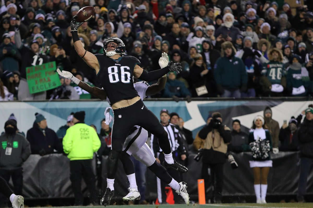 Eagles tight end Zach Ertz nearly pulls in a pass against the Raiders on Christmas.
