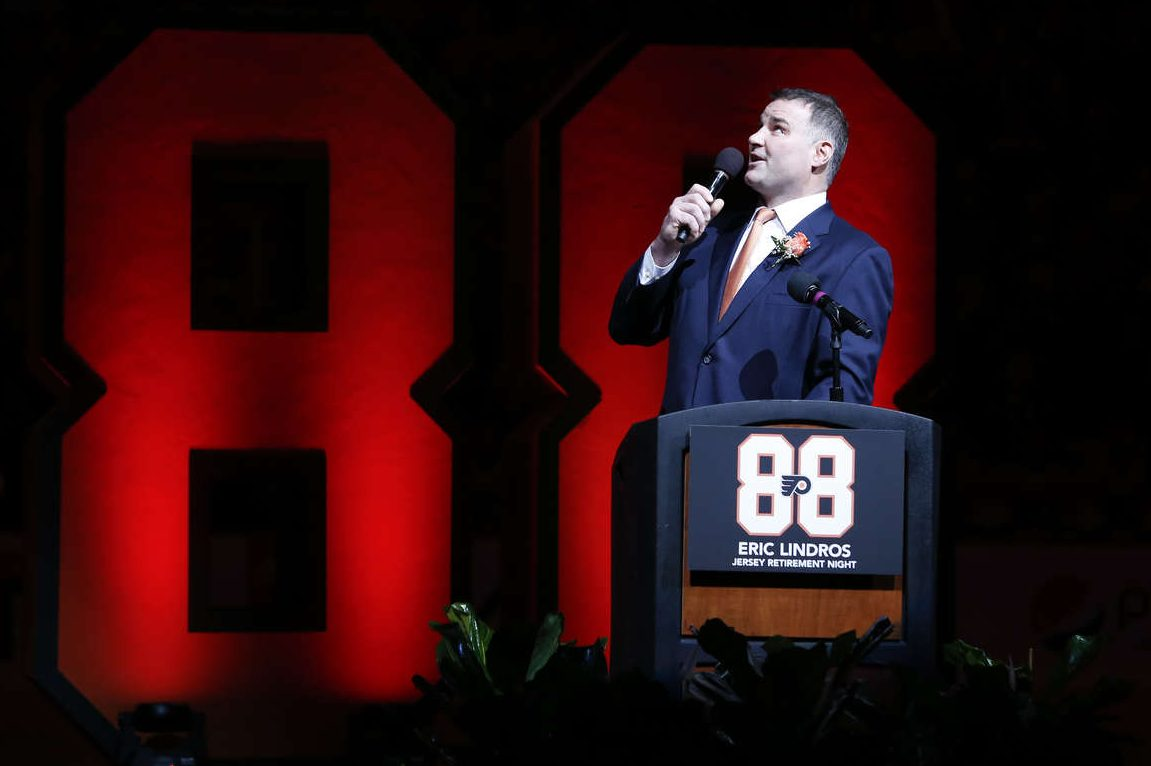 Former Flyer center Eric Lindros speaks to fans before his No. 88 was retired on Thursday.