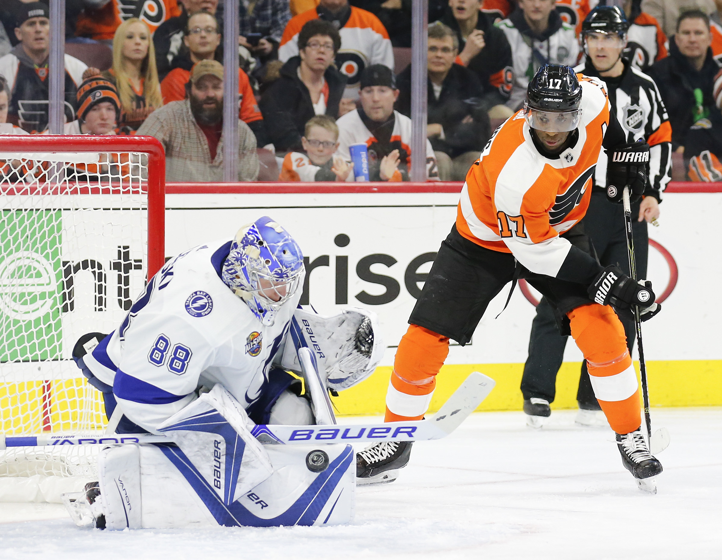 Flyers right winger Wayne Simmonds watching Tampa Bay goaltender Andrei Vasilevskiy make a save during the third period Thursday.