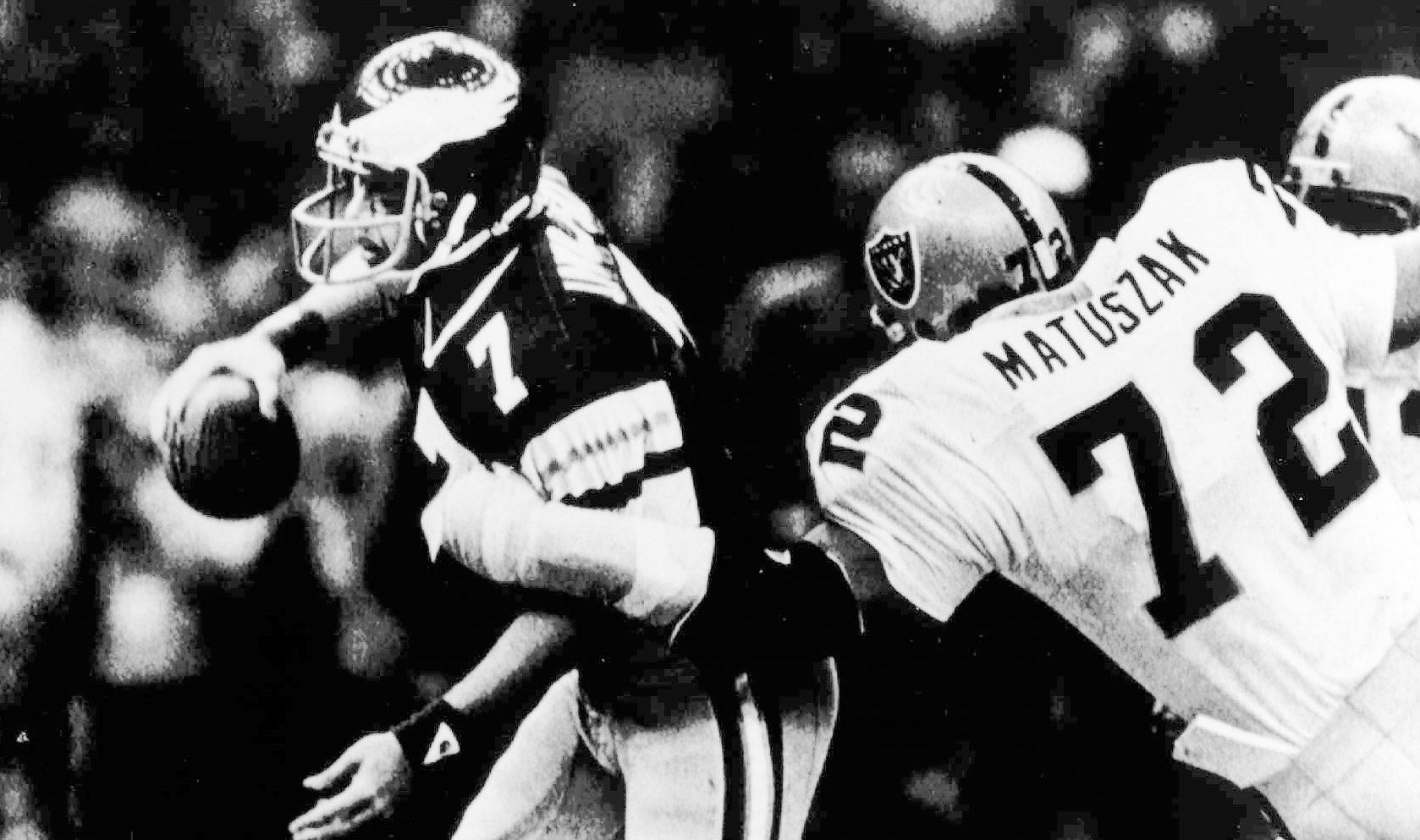 Ron Jaworski scrambles away from John Matuszak.