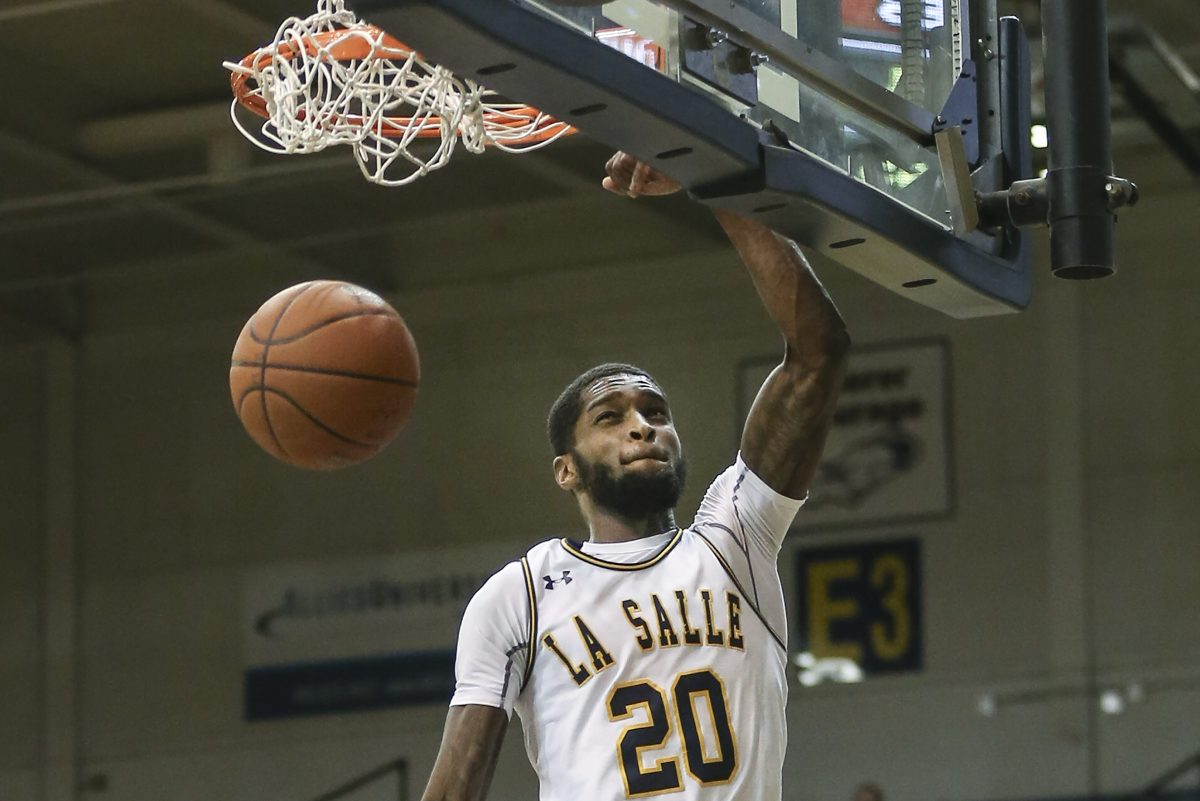 La Salle´s B.J. Johnson dunking against St. Bonaventure during the first half on Tuesday.