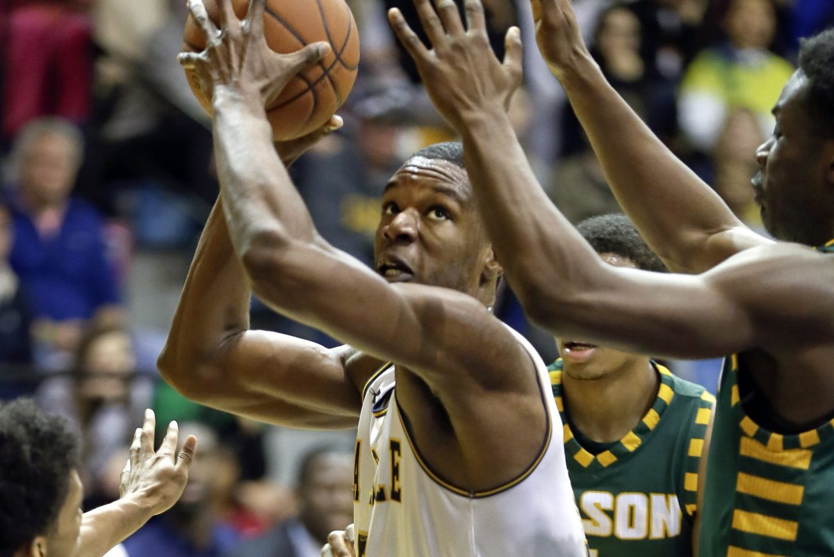 La Salle's Tony Washington looks to shoot through traffic in the second half.