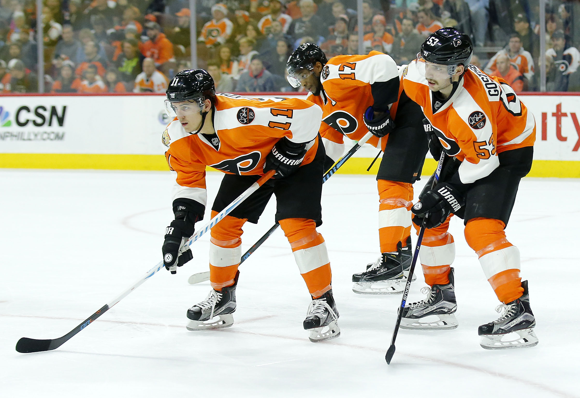 The Flyers´ Travis Konecny, Wayne Simmonds and Shayne Gostisbehere during a faceoff against the Flames in November 2016.