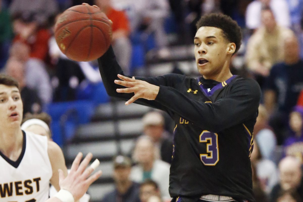 Roman Catholic's Lynn Greer III passes to a teammate in the third quarter of the Cahillites' 75-56 victory over Central Bucks West.