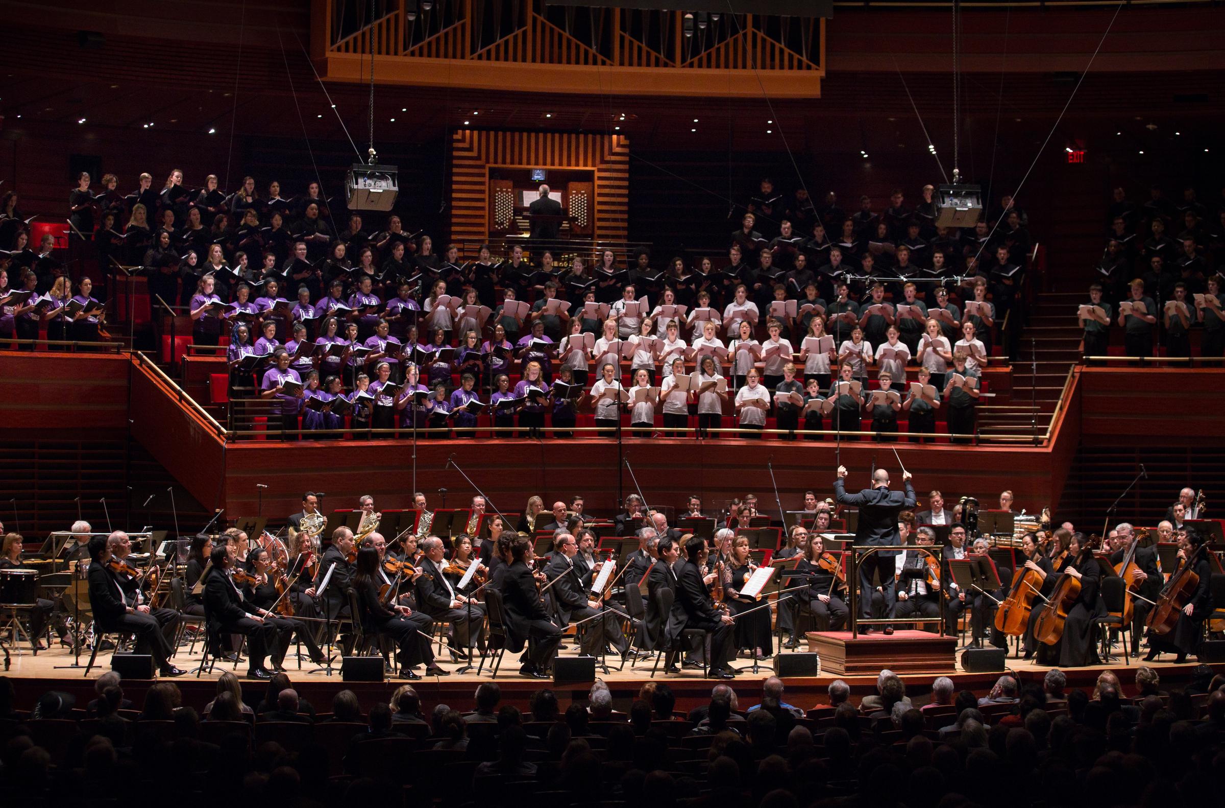 The Philadelphia Orchestra at Thursday´s performance, with the Westminster Symphonic Choir, Keystone State Boychoir, Pennsylvania Girlchoir, Sister Cities Girlchoir.