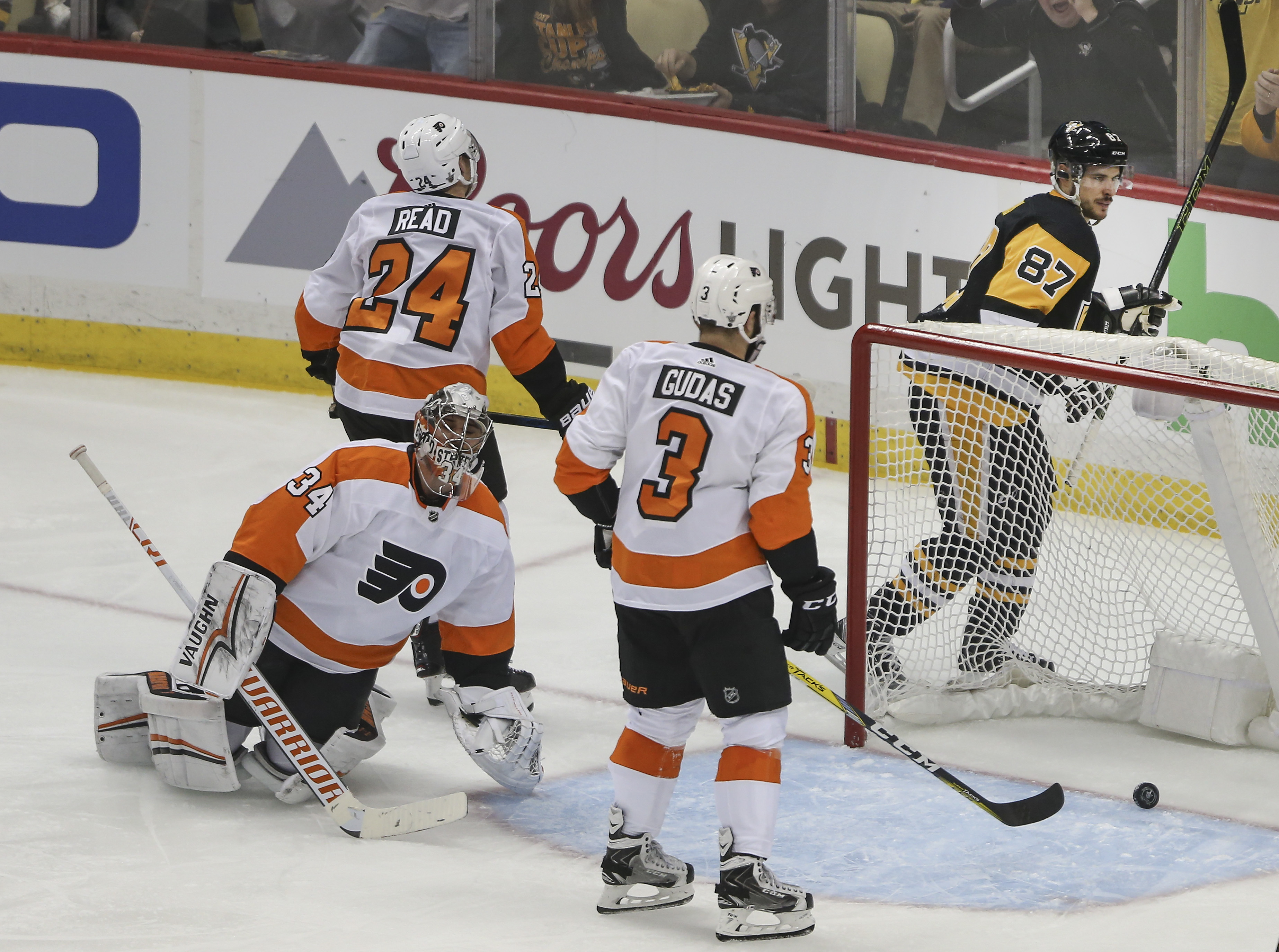 Sidney Crosby scored a hat trick in the Pengins´ 7-0 Game 1 win over the Flyers.