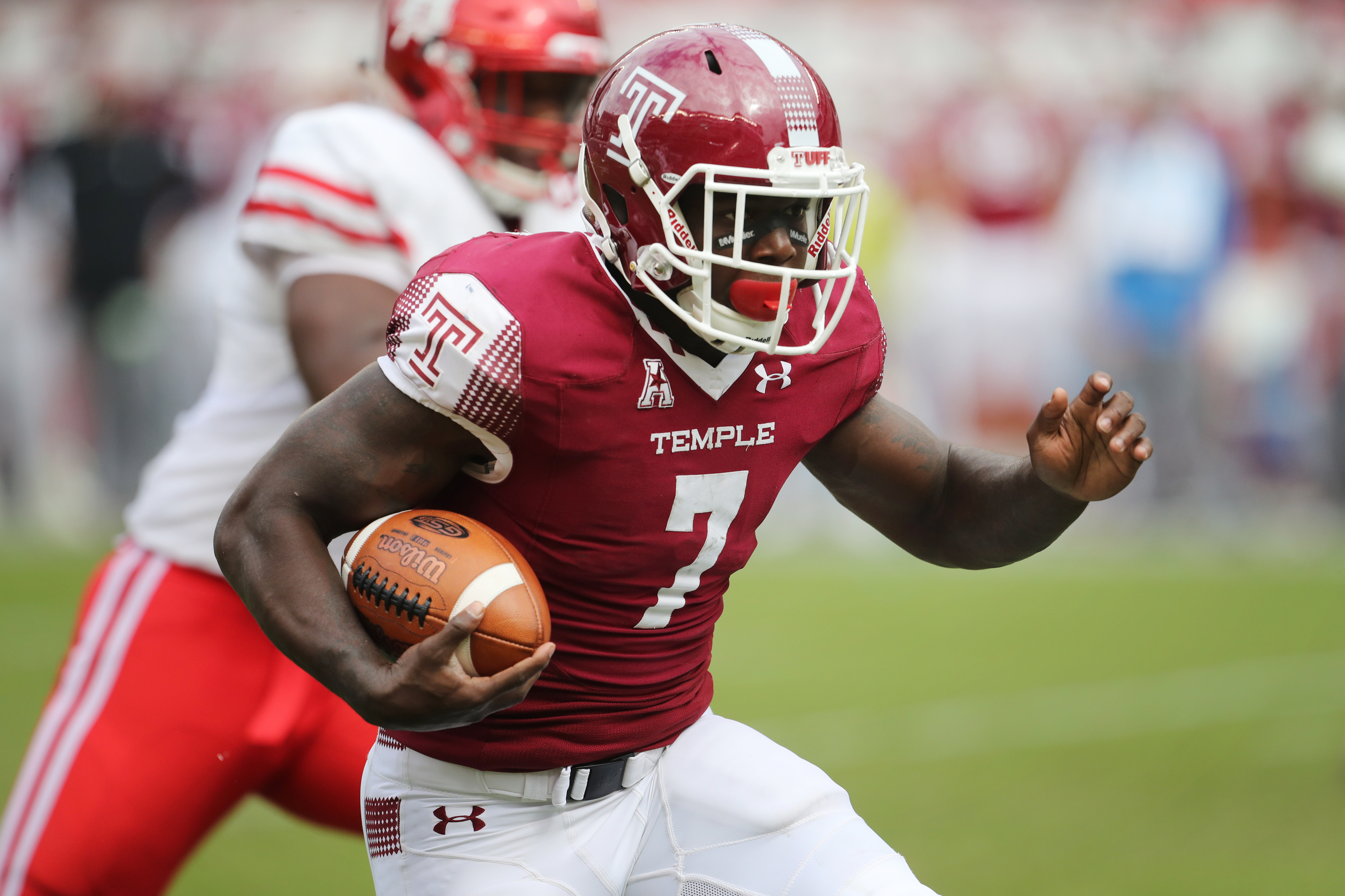 Ryquell Armstead carries the ball for a first down during a Temple Owls loss to the Houston Cougars 20-13 at the Linc Saturday September 30, 2017. DAVID SWANSON / Staff Photographer