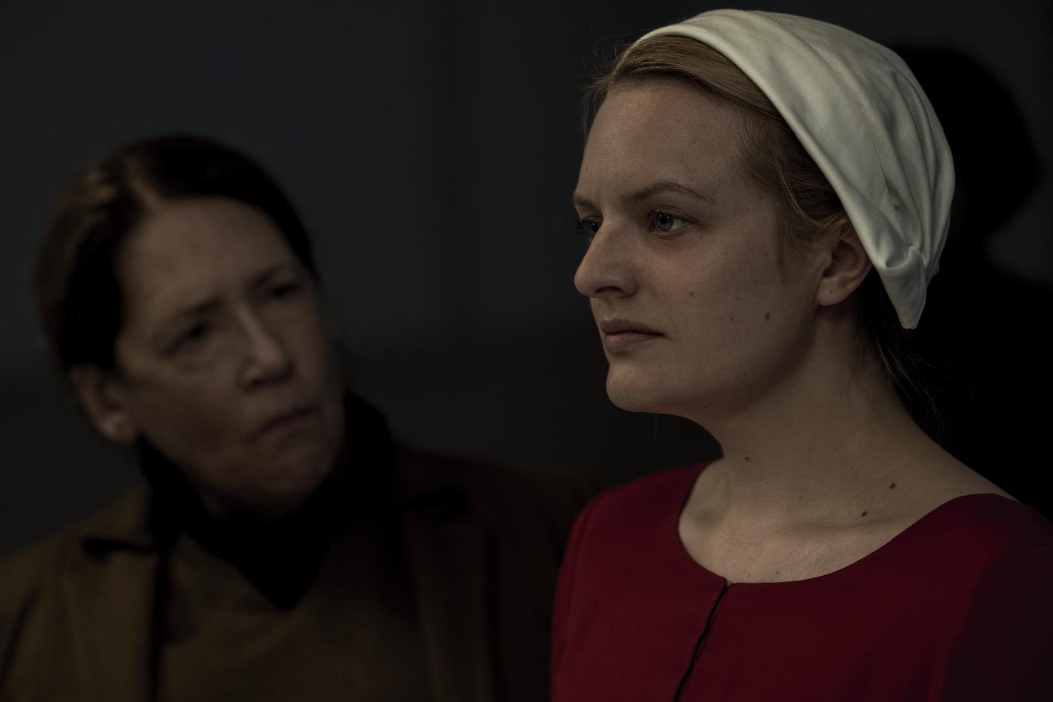 "Ann Dowd, Elisabeth Moss in ""The Handmaid´s Tale"""