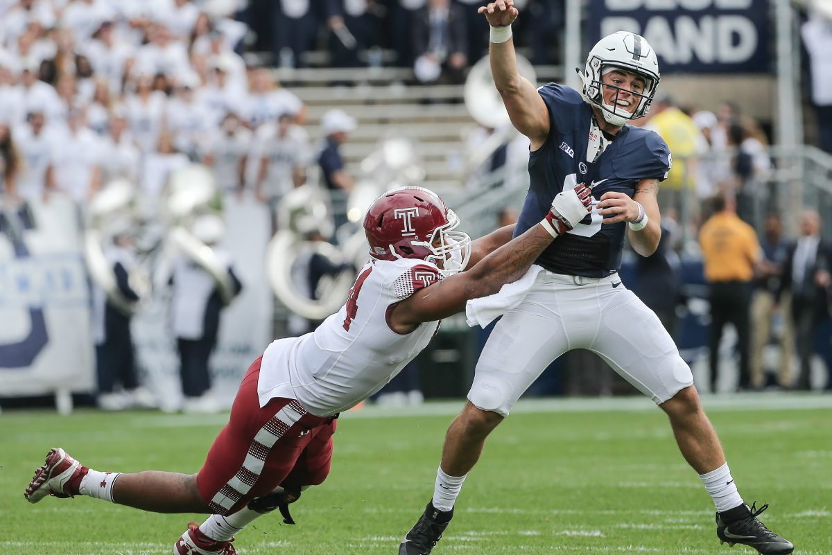 Temple´s Jullian Taylor putting pressure on as Penn State QB Trace McSorley throws an incompletion last September.